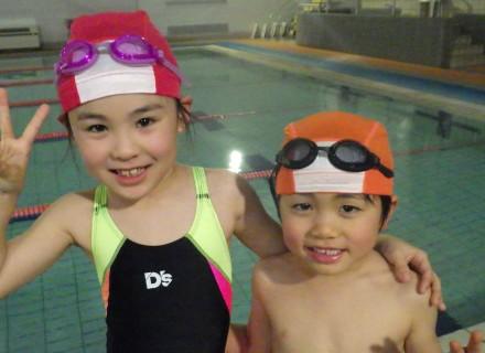 兄弟で楽しく泳いでます!